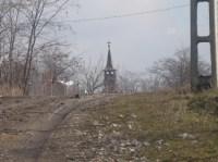 Urci şi îţi apare turla bisericii